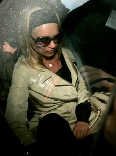 Der Absturz: Ihre Beziehung zu Musiker Pete Doherty brachte Kate Moss nahe an den Abgrund. Zusammen mit dem Babyshambles-Sänger soll Moss rege Drogen konsumiert haben - und musste deshalb mehrmals bei der Polizei antraben. (Bild: Keystone)