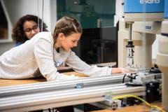Arbon TG - Begabte Kinder nehmen am Berufsbildungszentrum Arbon an einem Förderkurs zum Thema Robotik teil. (Bild: Reto Martin)