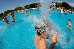 Abkühlung im Schwimmbad. (Bild: Keystone)