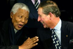 Zu Spässchen aufgelegt: Der britische Prince Charles und Nelson Mandela bei einem Treffen in Amsterdam (2002). (Bild: Keystone)