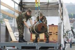 Die Bombe wird auf einen Lastwagen gehoben. (Bild: Rudolf Hirtl)