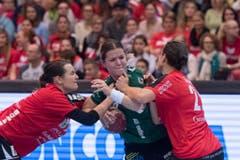 Gleich zwei Thunerinnen versuchen Brühls Stephanie Haag zu stoppen. (Bild: Keystone)