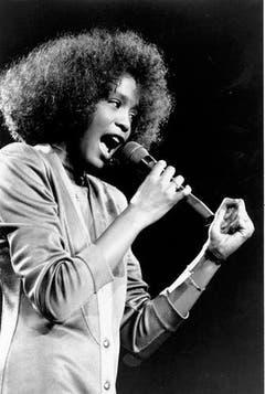 Stimmwunder: Whitney Houston 1986 bei einem Auftritt in Boston. Im selben Jahr erhält sie erstmals einen Grammy für «Saving All My Love For You». (Bild: Keystone)