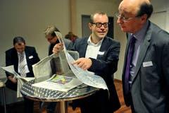 Druckfrisch: Journalist Marc Haltiner (links) und IHK-Direktor Peter Maag. (Bild: Reto Martin)