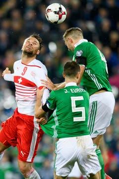 Der Schweizer Haris Seferovic, links, kämpft mit Nordirlands Verteidiger Jonny Evans, Mitte, und Gareth McAuley um den Ball. (Bild: Laurent Gilliéron / Keystone)