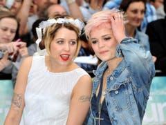 Peaches (links) mit ihrer Schwester Pixie Geldof am 17. Juni 2009 bei der Premiere des Films «Bruno». (Bild: Keystone)