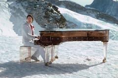 Vom Winde verweht auf dem 3454 Meter hohen Jungfraujoch: Der Schlagerstar setzt sich 1983 am Plexiglas-Flügel für eine TV-Produktion in Szene. (Bild: Keystone)