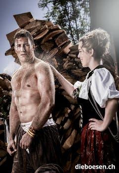 Andrine Galle wischt dem Luzerner Martin Suppiger das Sägemehl vom Rücken. (Bild: dieboesen.ch/Thomas Buchwalder)