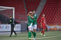 Dejan Janjatovic (r.) und Nico Abegglen feiern das 3:0. (Bild: Keystone)