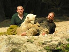 Knut mit seinen beiden Pflegern. (Bild: Umberto W. Ferrari)