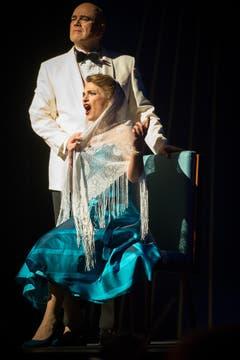 Viktoria (Ramona Holy) und ihr Mann, der amerikanische Botschafter John Cunlight (Claus Gerstmann). (Bild: Benjamin Manser)