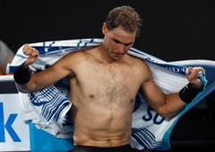 Spain's Rafael Nadal dries himself with a towel during a break in his men's singles final against Switzerland's Roger Federer at the Australian Open tennis championships in Melbourne, Australia, Sunday, Jan. 29, 2017. (AP Photo/Kin Cheung) (Bild: Kin Cheung)