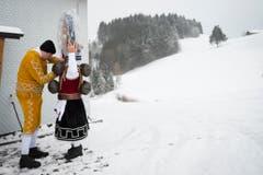 «Hier stimmts noch nicht ganz» – Mario Hasler (links) hilft Ernst Alder beim Anziehen. (Bild: Keystone / Gian Ehrenzeller)
