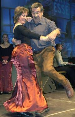 """Günter Grass als Tänzer: 2003 bei der Frankfurter Buchmesse mit einer Tänzerin der Gruppe Funny Valentine nach der Premiere seines neuen Buches """"Letzte Tänze"""". (Bild: Keystone)"""