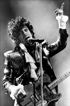 Ein bisschen James Brown und ganz viel Glamour: So rebellisch sein Auftreten auch war, die Privatperson Prince blieb hinter dem stets wechselnden Äusseren verborgen (Aufnahme von 1985). (Bild: Keystone)