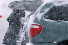 Eine Frau in Springfield, Illinois, befreit ihr Auto vom Schnee. (Bild: Keystone)