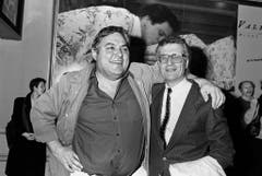 """Mathias Gnädinger mit Regisseur Rolf Lyssy an der Pressekonferenz zum Spielfilm """"Leo Sonnyboy"""" im Dezember 1989. (Bild: Keystone)"""