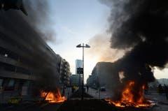 Eine brennende Blockade in der Nähe des EZB-Gebäudes. (Bild: Keystone)