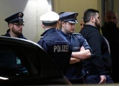 Polizeikräfte schirmen die bestürzten Angehörigen der Flugzeugopfer in Düsseldorf ab. (Bild: Keystone)