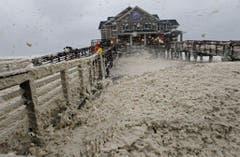 Meeresschaum spritzt über Jeanette's Pier in Nags Head. (Bild: Keystone)