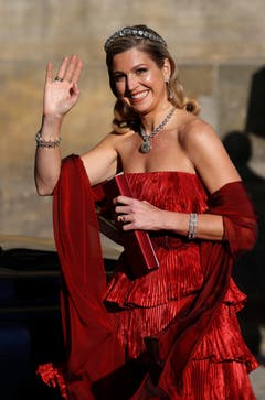 Strahlend in rot: So erschien Prinzessin Maxima im Rijksmuseum zum Abschiedsdinner von Königin Beatrix. (Bild: Keystone)