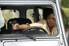 Den Finger am Abzug: Naomi Harris als Eve im neusten Bond-Streifen «Skyfall» (2012). (Bild: Keystone)