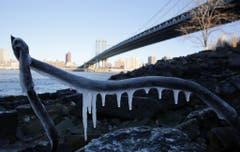 Nur schon der Anblick friert einen: bei der Manhattan Bridge in New York. (Bild: Keystone)