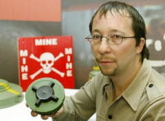 DJ Bobo nutzt seine Popularität immer wieder für spezielle Aktionen. Anfang 2003 machte er beispielsweise bei einer Kampagne gegen Landminen mit. (Bild: Keystone)