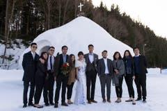 Brautpaar und Gäste posieren vor der Eiskapelle. (Bild: Keystone)