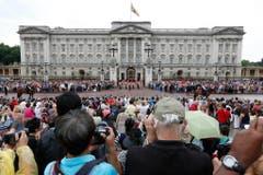Grossauflauf beim Wachwechsel, wo auch die offizielle Benachrichtigung zur Geburt des Prinzen hinterlegt wird. (Bild: Keystone)