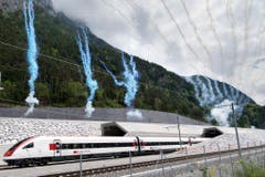 Und der erste Zug kommt aus dem Tunnel beim Nordportal. (Bild: Keystone)
