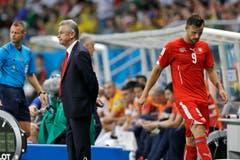 Die Blicke sagen alles: Trainer Ottmar Hitzfeld und Stürmer Haris Seferovic. (Bild: Keystone)