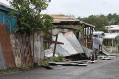 Ein Mann begutachtet den Schaden an seinem Haus. Der Hurrikan Irma hat in St.John's, Antigua and Barbuda für Verwüstung gesorgt. (Bild: Keystone)