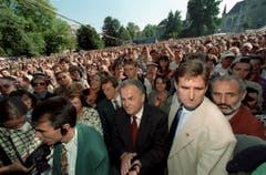 """Otto Stich an der Kundgebung für Europa im Zürcher Platzspitz am 24. September 1995. Er verurteilt an der Veranstaltung unter heftigem Beifall die """"Ausgrenzung politisch Andersdenkender"""". (Bild: Keystone)"""