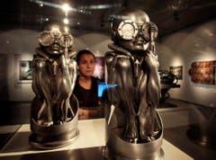 Skulpturen von H.R. Giger bei einer Ausstellung in Linz. (Bild: Keystone)