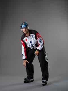 Check mit dem Knie (IIHF-Regel 153): Ein Spieler, der sein Knie ausstreckt, um einen Kontakt mit einem Gegenspieler herbeizuführen. Mit der offenen Hand wird auf das Knie getippt. (Bild: Keystone)
