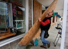 In Waterford werden sämtliche Geschäfte mit Holzplatten verbarrikadiert. (Bild: Keystone)