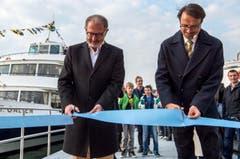 Hermann Hess, Verwaltungsratspräsident der Bodensee Schifffahrt (links), und Stadtammann David H. Bon schneiden das Band durch. (Bild: Reto Martin)