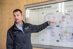 Daniel Engeli, stv. Leiter Amt für Bevölkerungsschutz und Armee, erklärt den Situationsplan auf dem Galgenholz. (Bild: Thi My Lien Nguyen)
