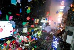 Konfettiregen über dem Times Square in New York. (Bild: Keystone)