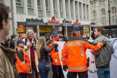 Polizisten reden mit den Störefrieden. (Bild: Ralph Ribi)