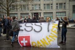 «Esst Schweizer Bananen» steht auf dem Plakat der Linken, dass sie bei einer Störaktion auf dem Bahnhofplatz zeigen. (Bild: Ralph Ribi)