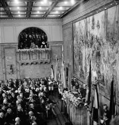 """Grossandrang in der Aula der Uni Zürich: Winston Churchill hält bei seinem Schweiz-Besuch 1946 die berühmte Rede mit dem Aufruf für ein vereinigtes Europa - """"let Europe arise"""". (Bild: Keystone)"""
