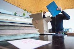 Behutsam werden die einzelnen Archivalien aus den Kartonschachteln gehoben. (Bild: Urs Lindt)
