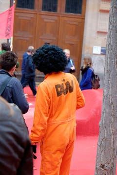 Ein Verkleideter zeigt sich an der Demo der Linken. (Bild: Stefan Bogner)