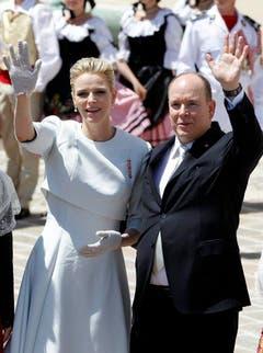 Die stolzen Eltern Fürst Albert II. und Charlène winken dem Volk zu. (Bild: Keystone)
