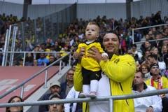 Sogar die kleinsten Dortmund-Fans sind angereist. (Bild: Ralph Ribi)