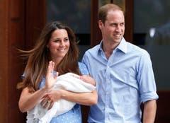 Alle Augen sind auf diese Familie gerichtet: Kate, William und der noch namenlose Prinz treten vor Presse und Volk. (Bild: Keystone)