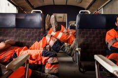 Erschöpft nach der Arbeit: Mineure werden nach ihrer Schicht aus dem Tunnel gefahren. (Bild: Keystone)