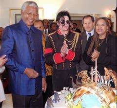 Ein Geburtstagsständchen vom King of Pop: Nelson Mandela und Michael Jackson (1996). (Bild: Keystone)